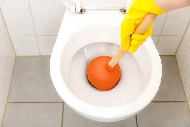 Quelles méthodes employer pour déboucher un WC ?